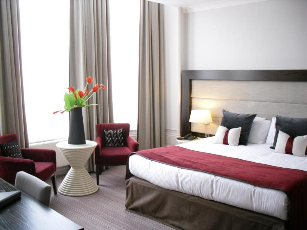 A bed or beds in a room at Mercure Aberdeen Caledonian Hotel