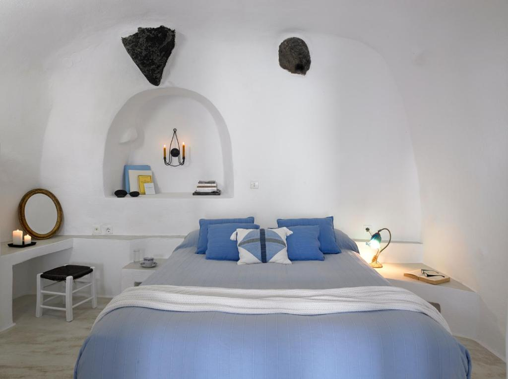 A bed or beds in a room at Altana Heritage Suites