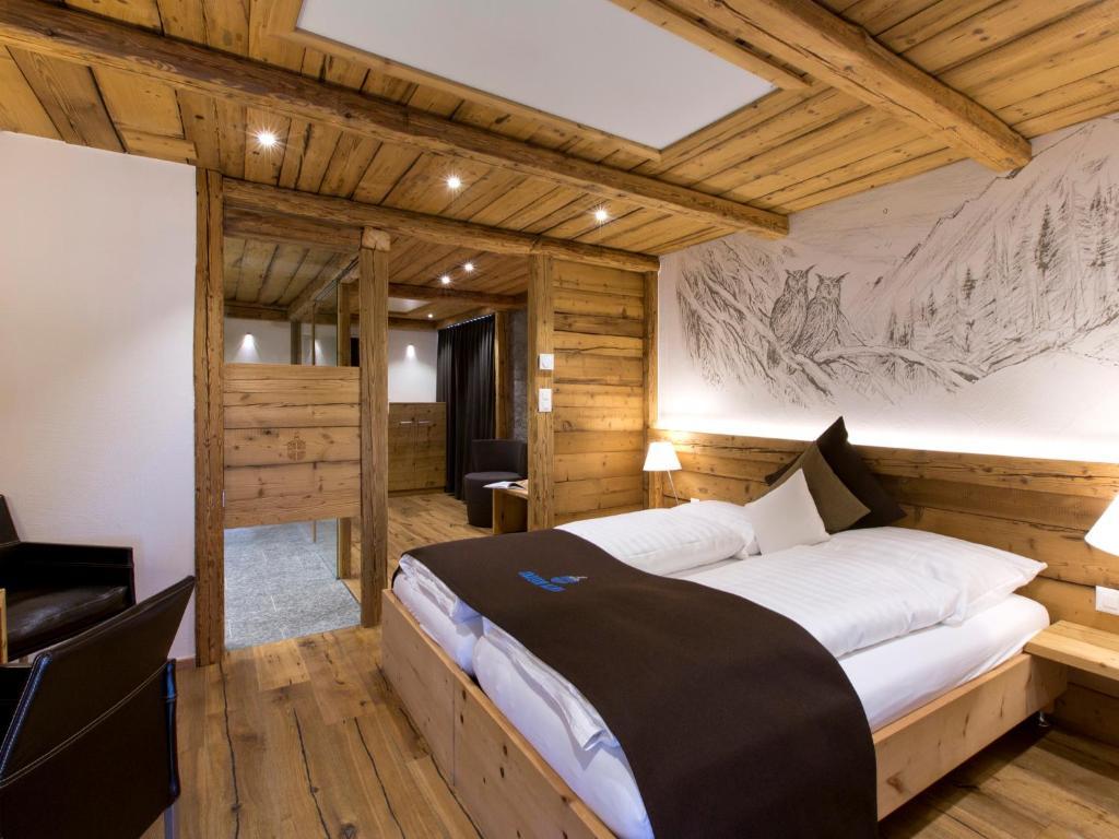 Ein Bett oder Betten in einem Zimmer der Unterkunft Hotel Crusch Alba Zernez