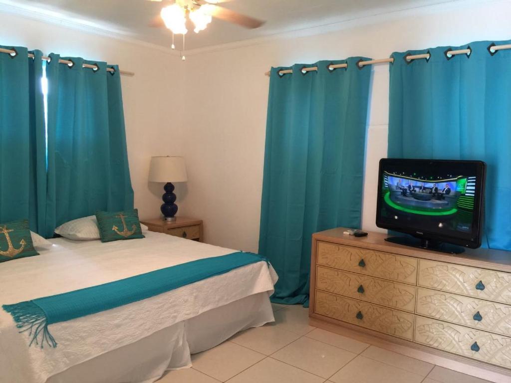 Um quarto em Opa sml Cute beach apartment