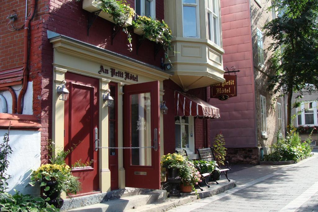 The facade or entrance of Au Petit Hôtel