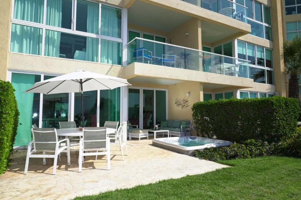 Uma varanda ou outra área externa em Beachfront apartment with private jacuzzi