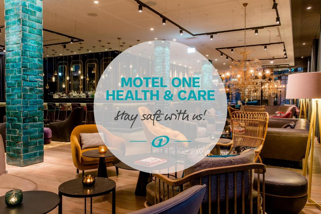 The lounge or bar area at Motel One München-Haidhausen