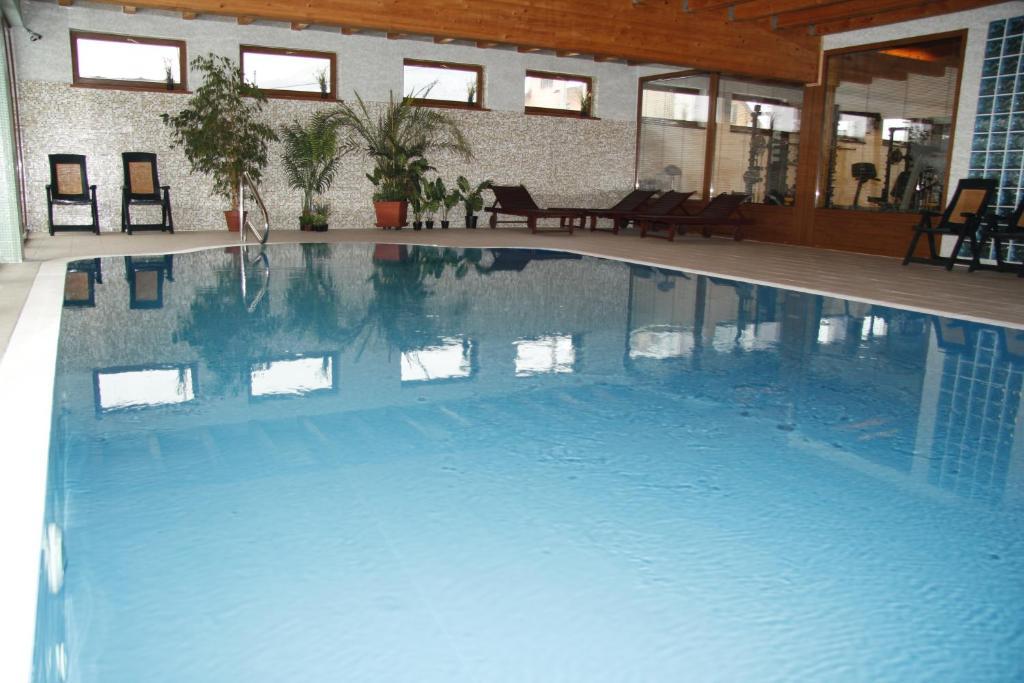 Der Swimmingpool an oder in der Nähe von Wellness Penzión Rosnička