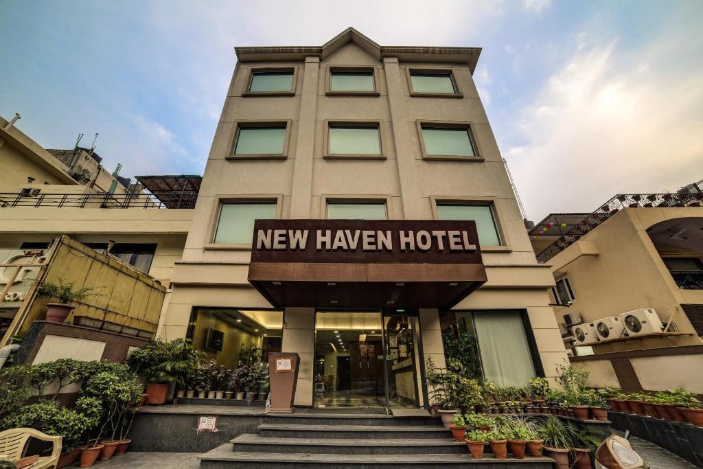 The facade or entrance of Capital O 28618 New Haven Hotel