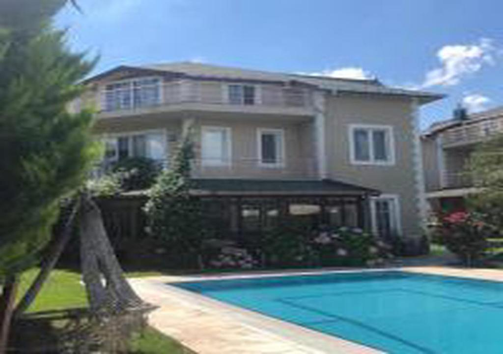 Charming Villa with Private Pool and Garden in Gebze