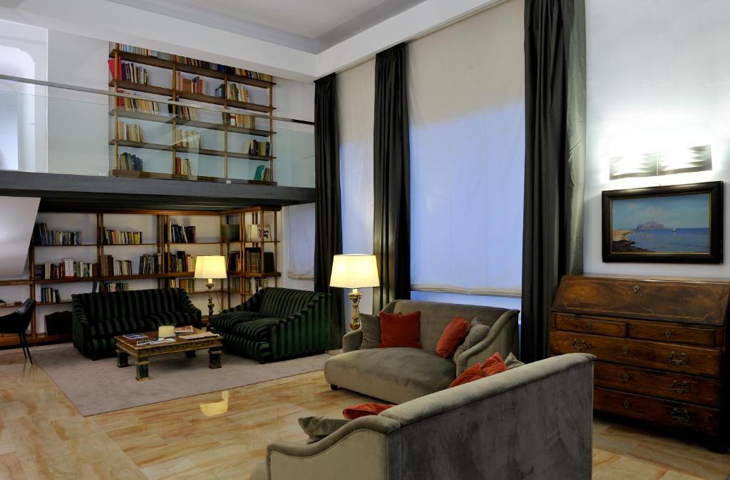 A seating area at Hotel Principe Di Villafranca