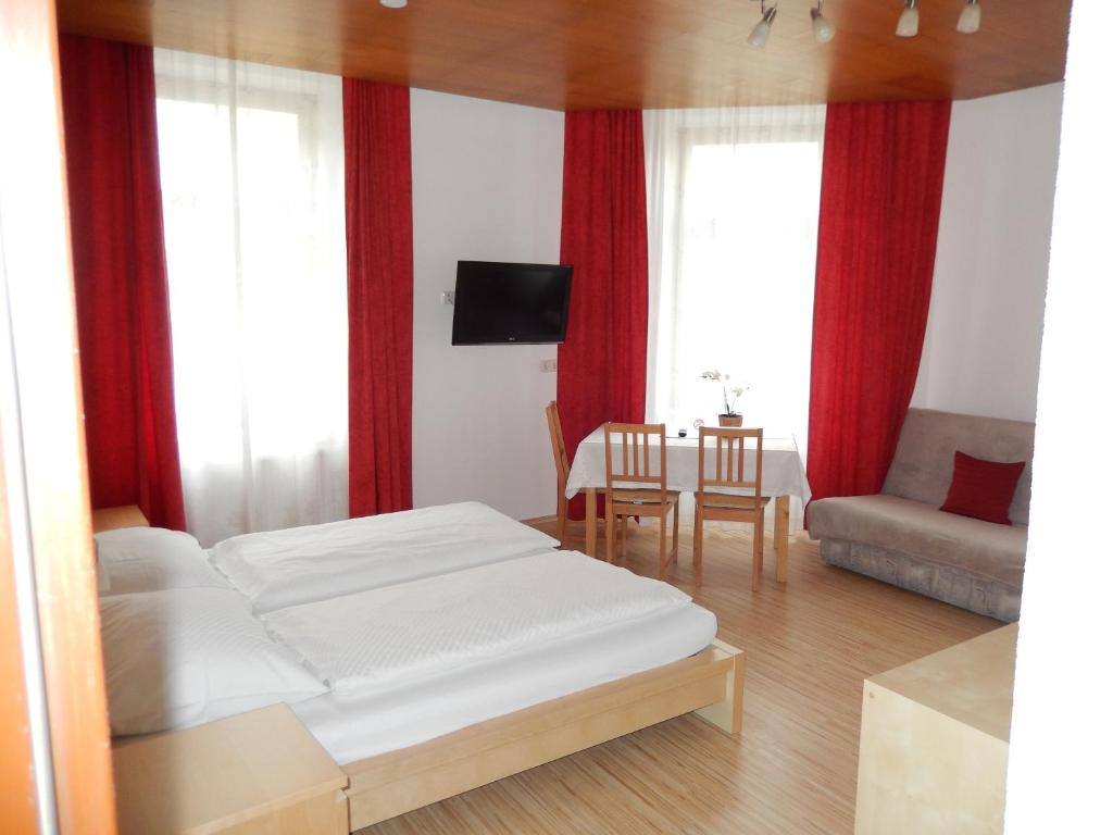 A bed or beds in a room at Hotel Garni Wilder Mann