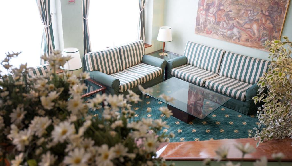 A seating area at Hotel Flora
