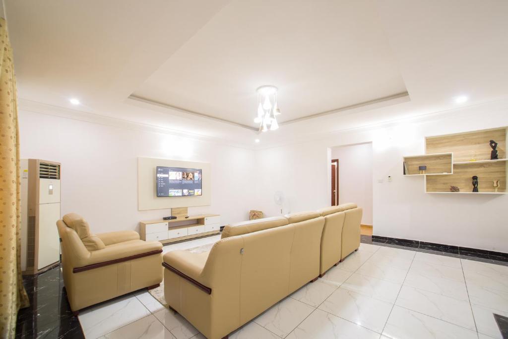 Utobert Spacious 3BR fully-serviced Apartment