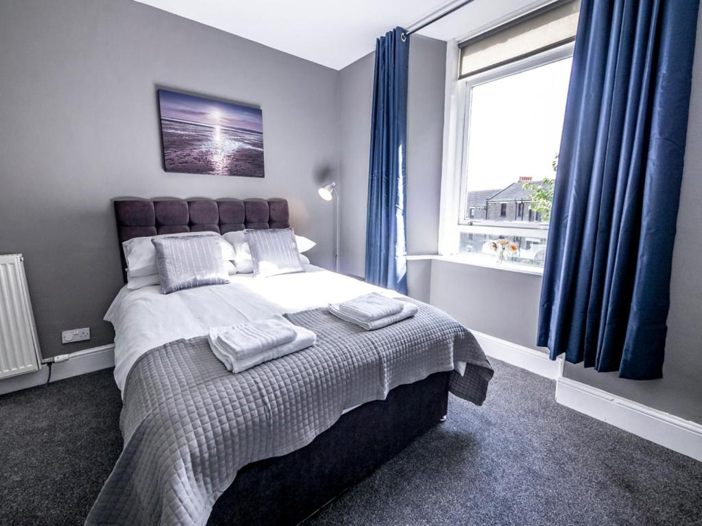A room at New Superhost Listing: Bright flat nr. University