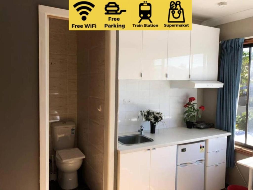 A kitchen or kitchenette at Traveler's Affordable Studio Unit (Beverly Hills)