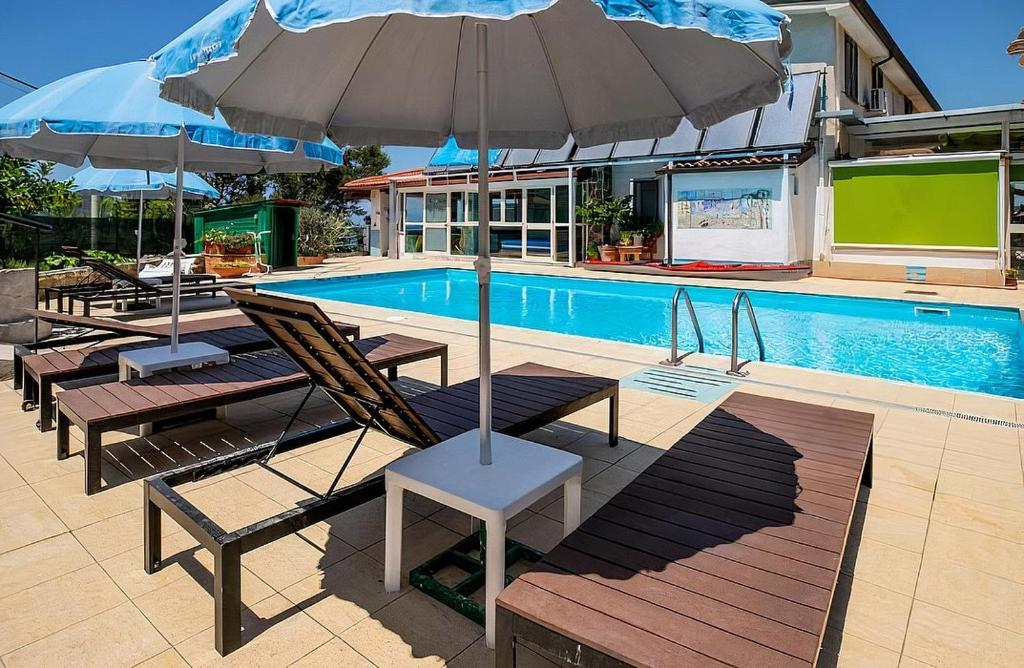 Marettima Holiday Home Sleeps 6 with Pool and Air Con