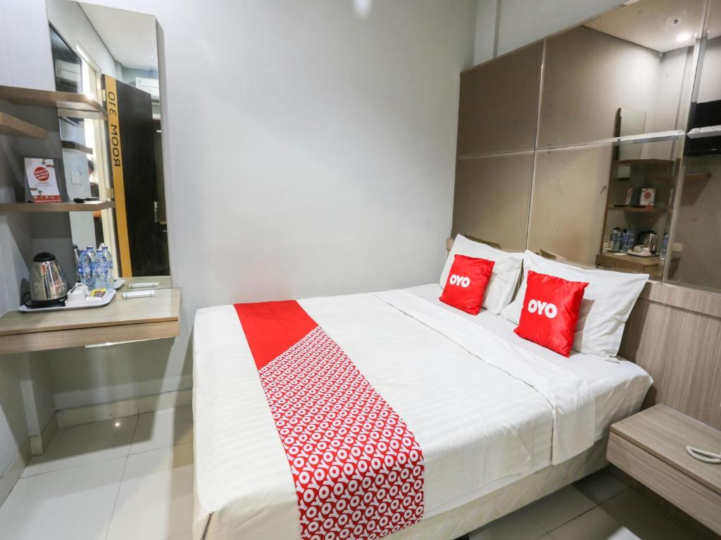 A bed or beds in a room at OYO 90056 Wisma Kebon Kacang 9