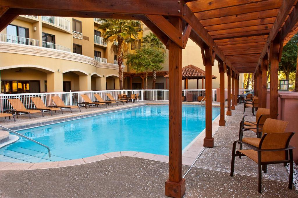 The swimming pool at or close to Courtyard by Marriott Sandestin at Grand Boulevard