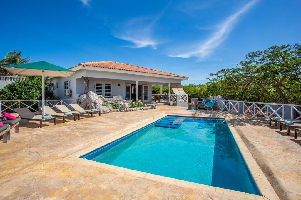 A piscina localizada em Villa Caiquetio ou nos arredores