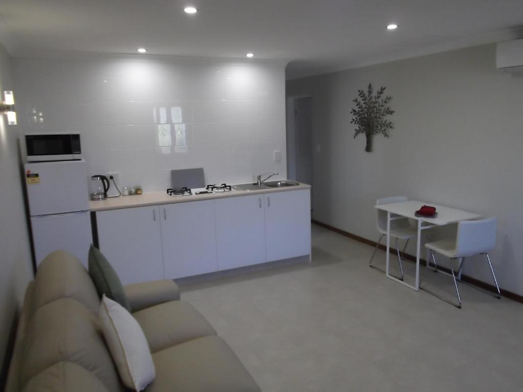A kitchen or kitchenette at Meadow View Accommodation