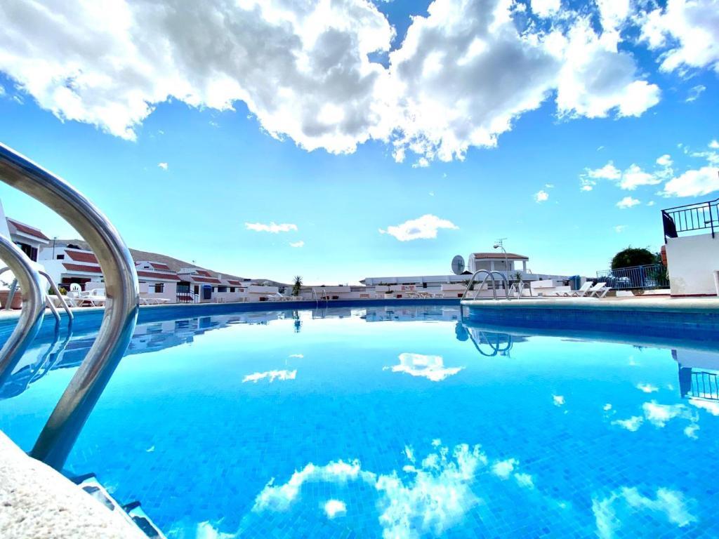 Bonito apartamento con piscina y vista al mar en Los Cristianos