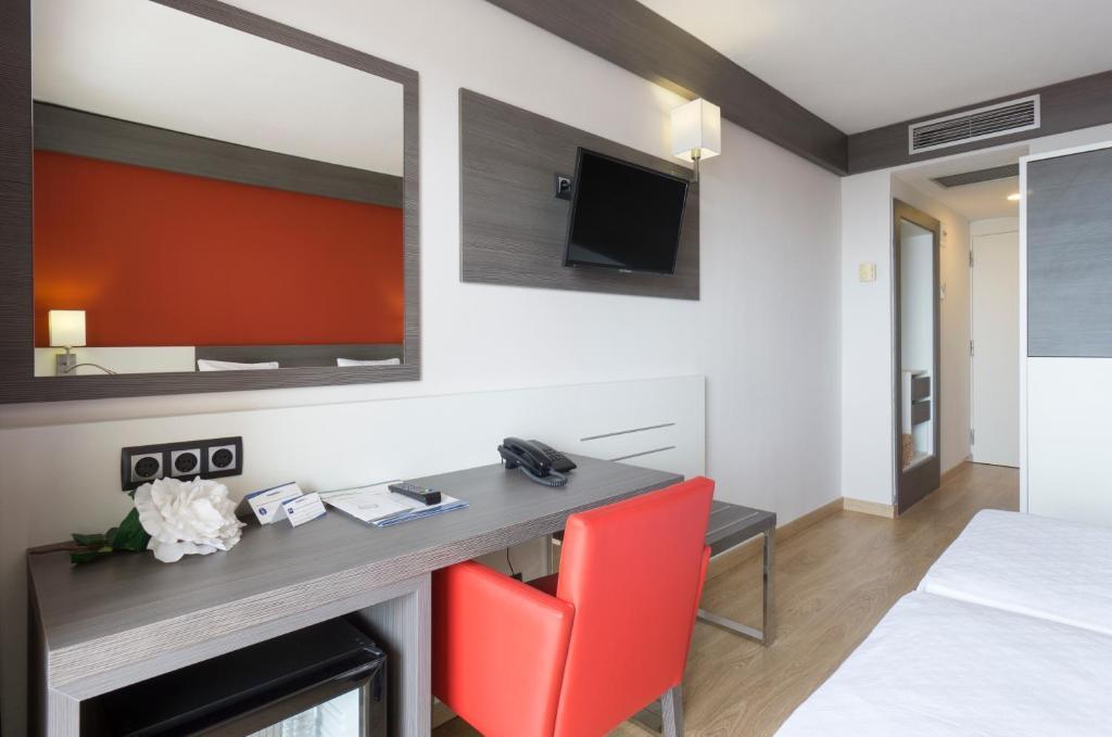 A television and/or entertainment center at Medplaya Hotel Santa Monica