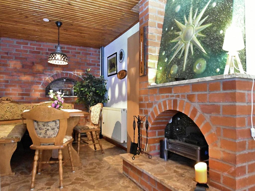 Ein Restaurant oder anderes Speiselokal in der Unterkunft Holiday home on Rennsteig in Thuringian Forest - separate entrance and garden