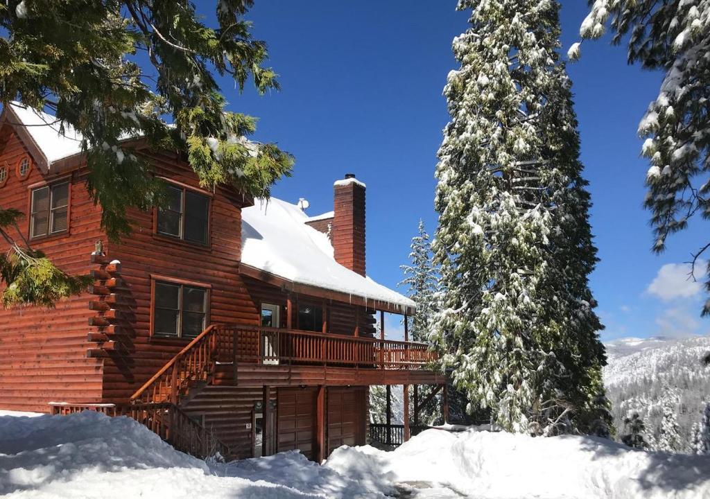 Yosemite's Scenic Wonders - 6BR/4BA Tri-Level Home during the winter