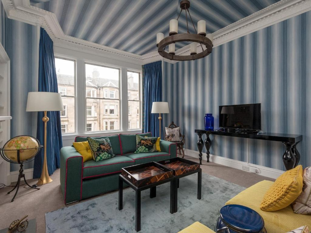 A seating area at Hillside Luxury Apartment