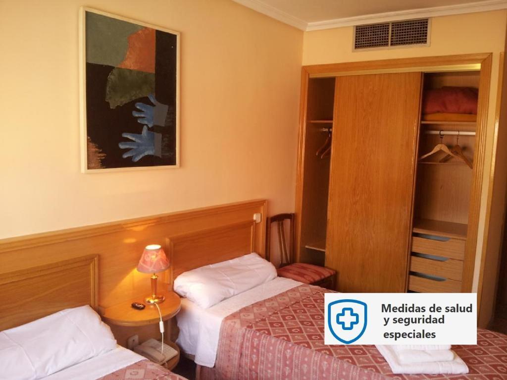 Кровать или кровати в номере Hostal Juan XXIII