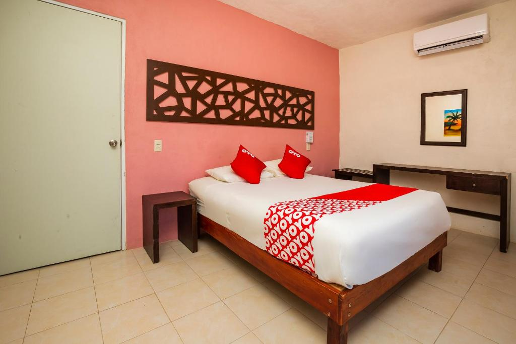 A bed or beds in a room at OYO Los Arcos Holbox