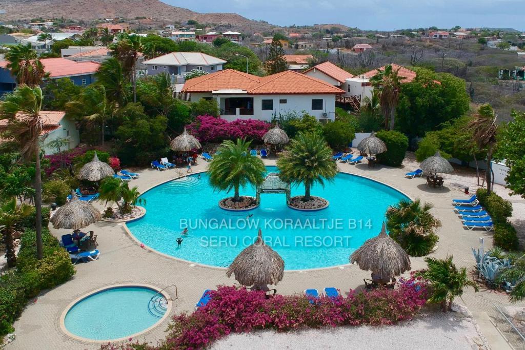 Uma vista da piscina em Beautiful detached holiday house in Curacao located at unique location in Seru Coral Resort ou nos arredores