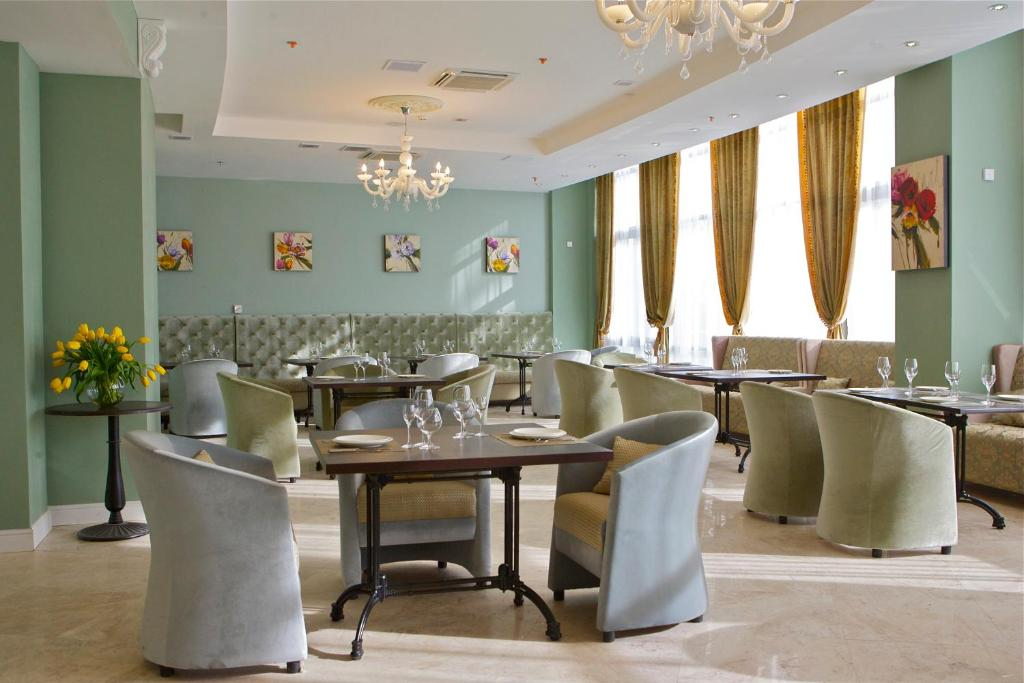 A restaurant or other place to eat at Звездный Отель WELLNESS & SPA