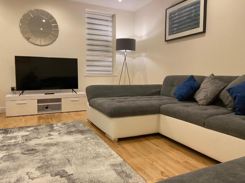 A television and/or entertainment center at SYL Accommodation at Attenborough Court