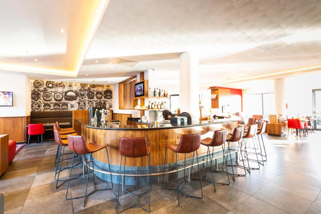 A restaurant or other place to eat at Bastion Hotel Amsterdam Airport