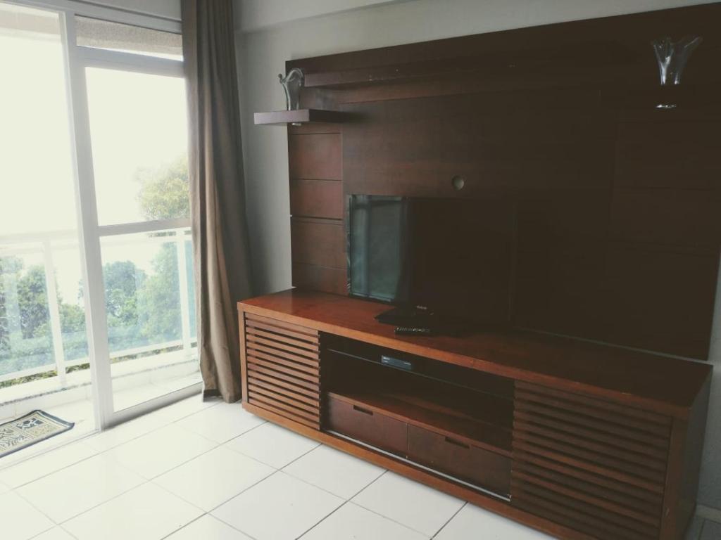 Uma TV ou centro de entretenimento em Apartamento no Porto real resort