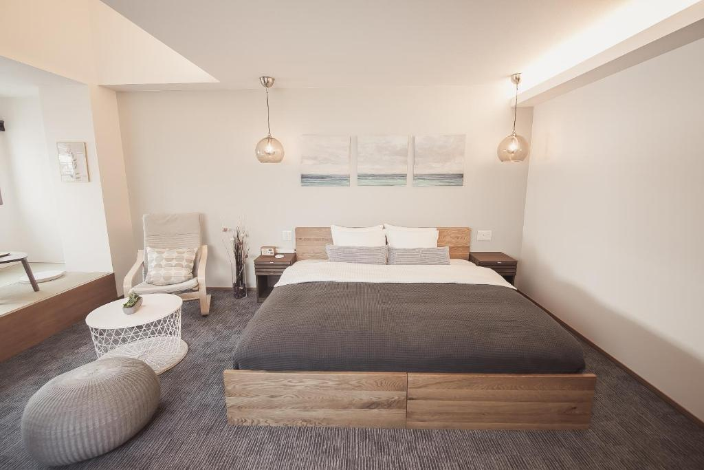 A bed or beds in a room at モノカホテル銀座