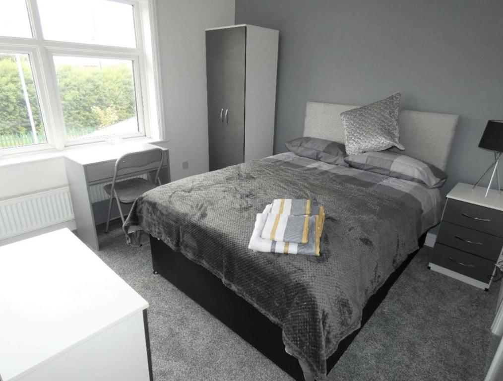 A bed or beds in a room at Townhouse @ Cotesheath Street Stoke