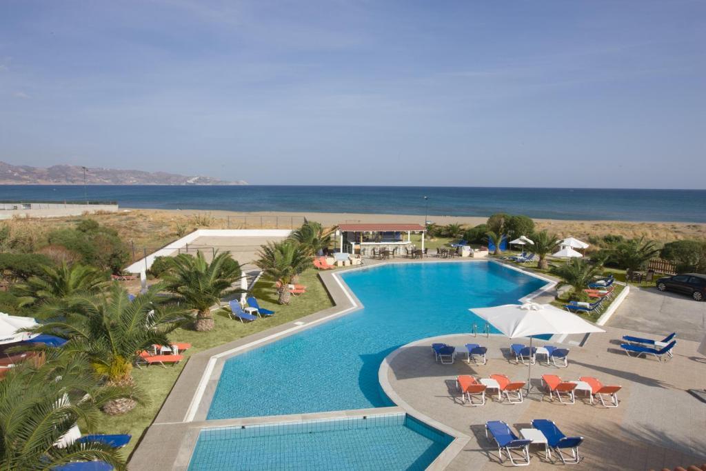 Θέα της πισίνας από το Akti Corali Hotel ή από εκεί κοντά