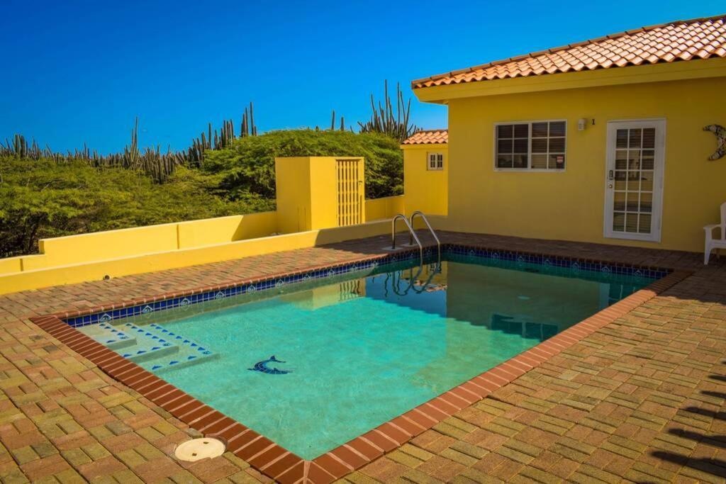 A piscina localizada em Spacious Apartment near Palm Beach with Pool ou nos arredores