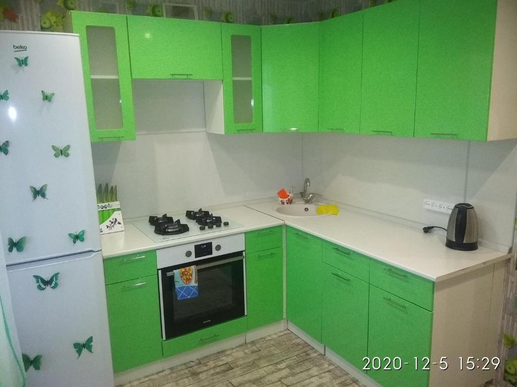 A kitchen or kitchenette at 1-комнатная квартира на Нижней Дуброве