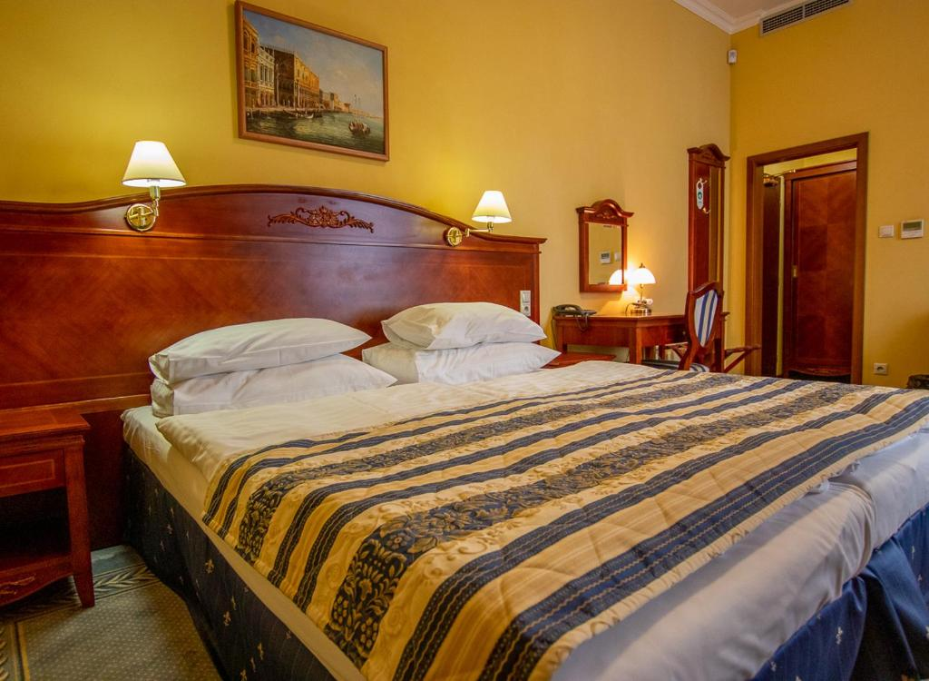 A bed or beds in a room at Hotel Giovanni Giacomo