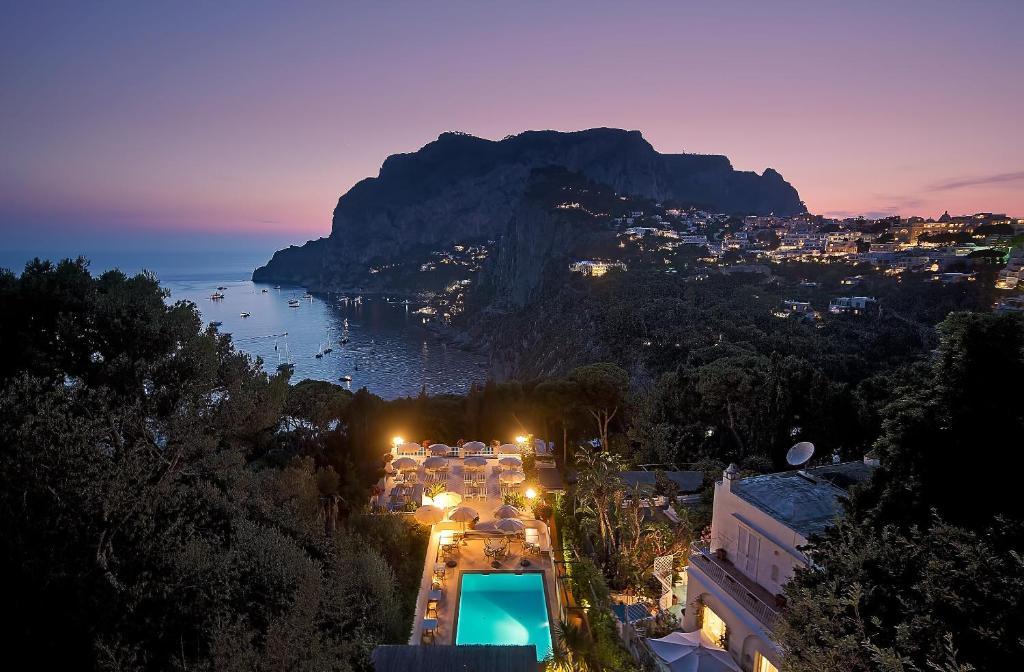 Ein Blick auf den Pool von der Unterkunft Hotel Villa Brunella oder aus der Nähe