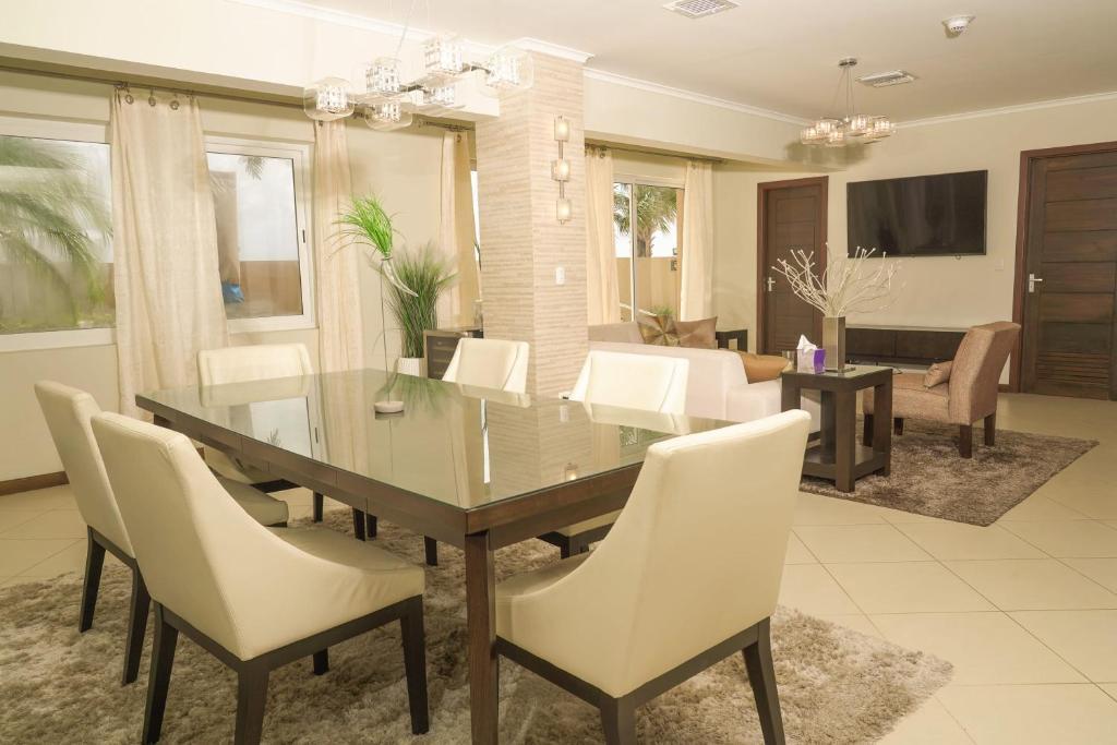 Um restaurante ou outro lugar para comer em Luxury house front eagle beach with private pool