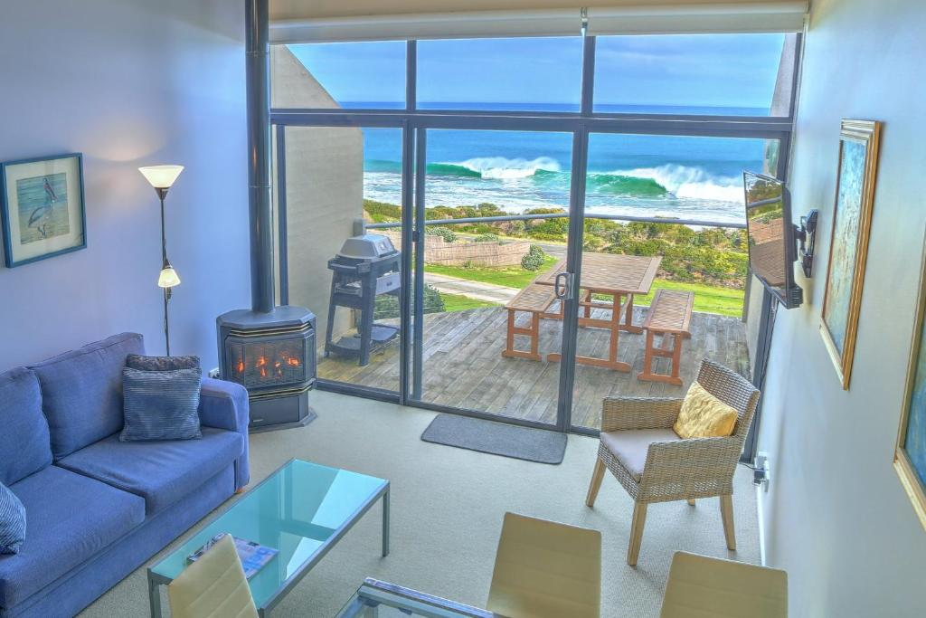 A seating area at A Great Ocean Road Resort Whitecrest.