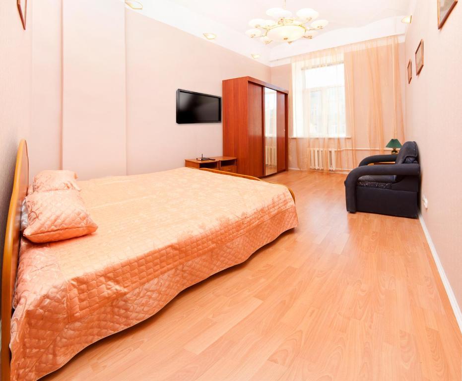 Кровать или кровати в номере Апартаменты у Казанского собора