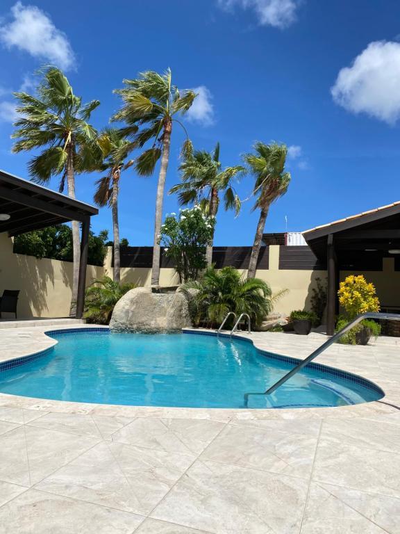 A piscina localizada em Juanedu Suites ou nos arredores