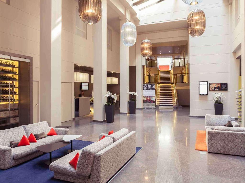 The lobby or reception area at Mercure Nantes Centre Grand Hotel