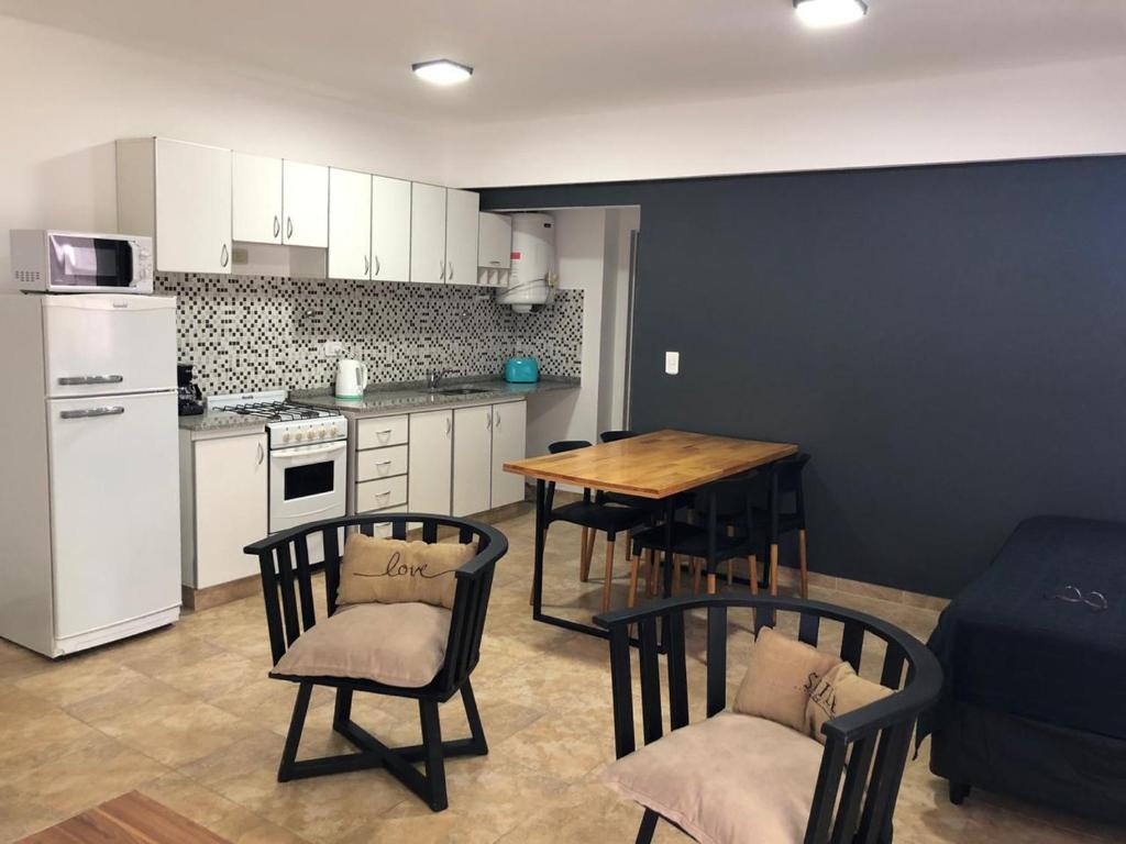 A kitchen or kitchenette at ALIWE III (A 200 m. Del Aeropuerto el Palomar)