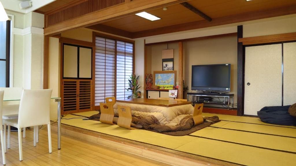 A seating area at K's House Hostels - Mt.Fuji Lake Kawaguchiko