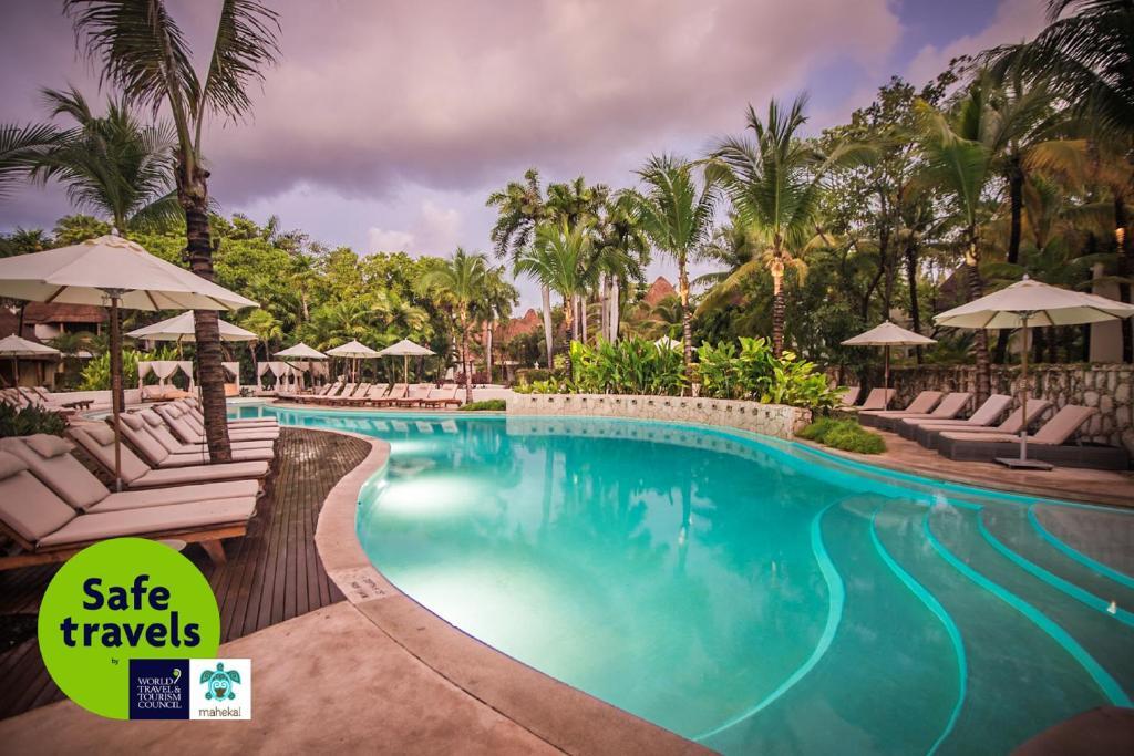 Der Swimmingpool an oder in der Nähe von Mahekal Beach Front Resort & Spa