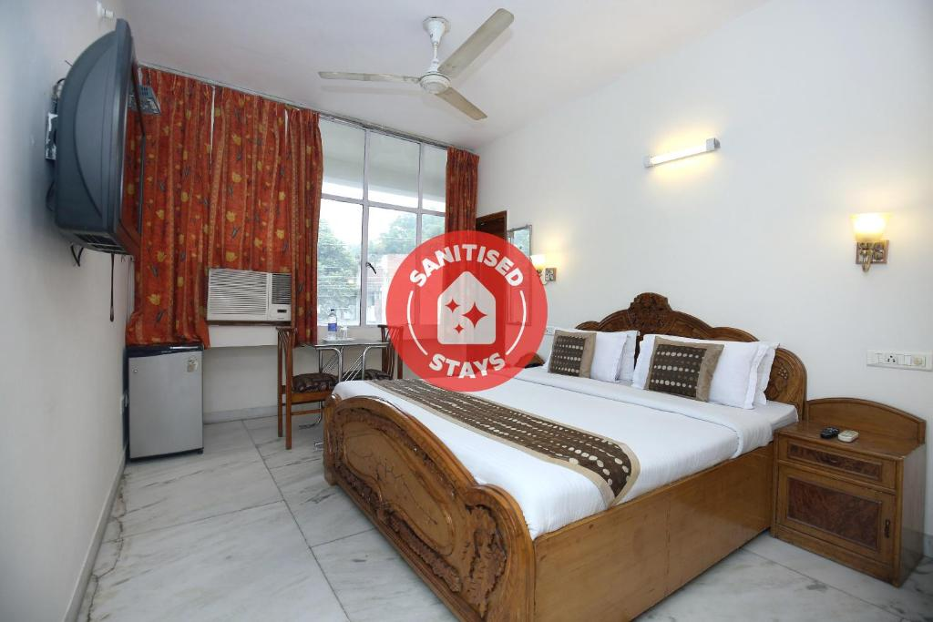 A bed or beds in a room at OYO 2431 Hotel Skylark