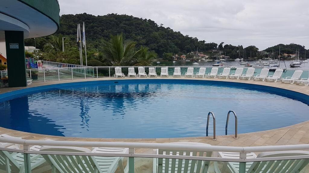 The swimming pool at or close to Flat Angra Inn 220 Angra dos Reis